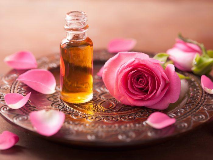 فوائد وماسكات زيت الورد للشعر