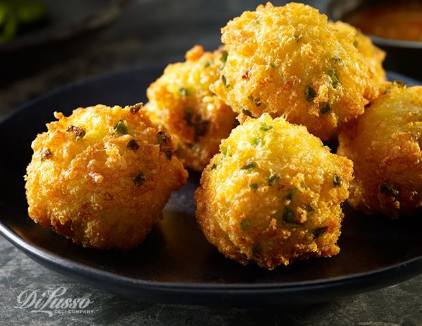 البيض الكريمي المقلي مع الجبن وشرائح فلفل الهالبينو