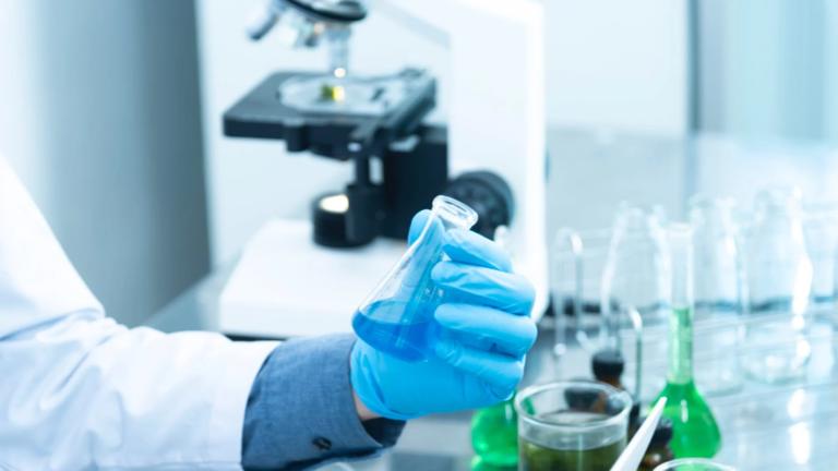 جامعة أكسفورد تعلن نجاح أول دواء رخيص لعلاج كوفيد-19
