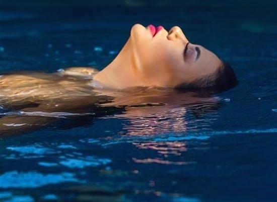 رانيا يوسف تشعل الانستجرام بصور حديثة لها في حمام السباحة