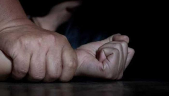 رجل يعذب طليقته الحامل ويقدمها لأصدقائه في اغتصاب جماعي