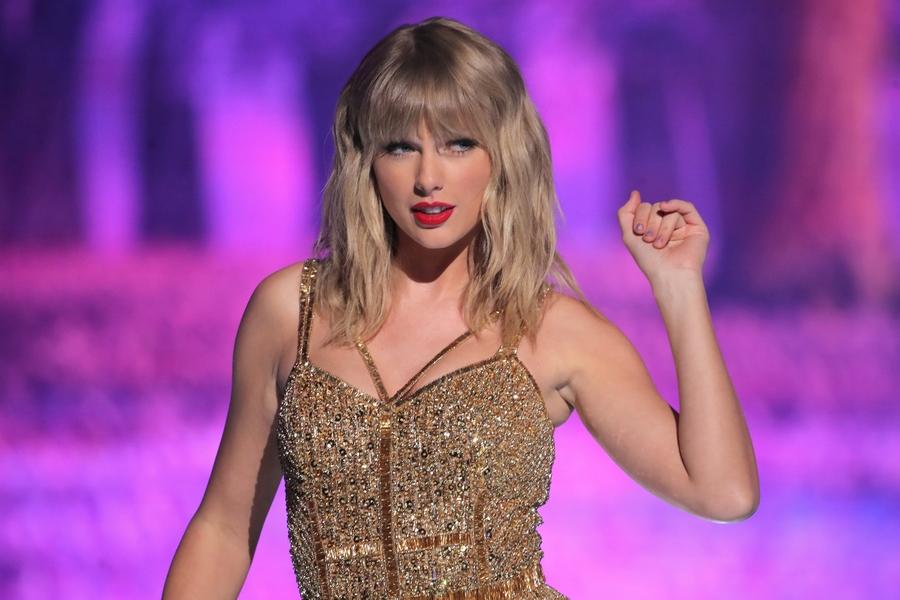 تايلور سويفت تفوز بجائزة مغنية العام للمرة السادسة