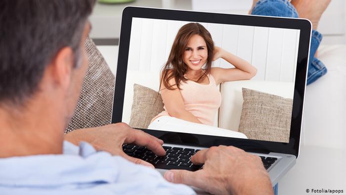 الزواج عبر الإنترنت يطيل عمر العلاقة الزوجية