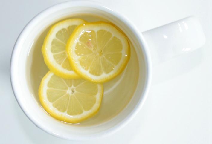 الماء الدافئ مع الليمون بين الحقيقة والخيال