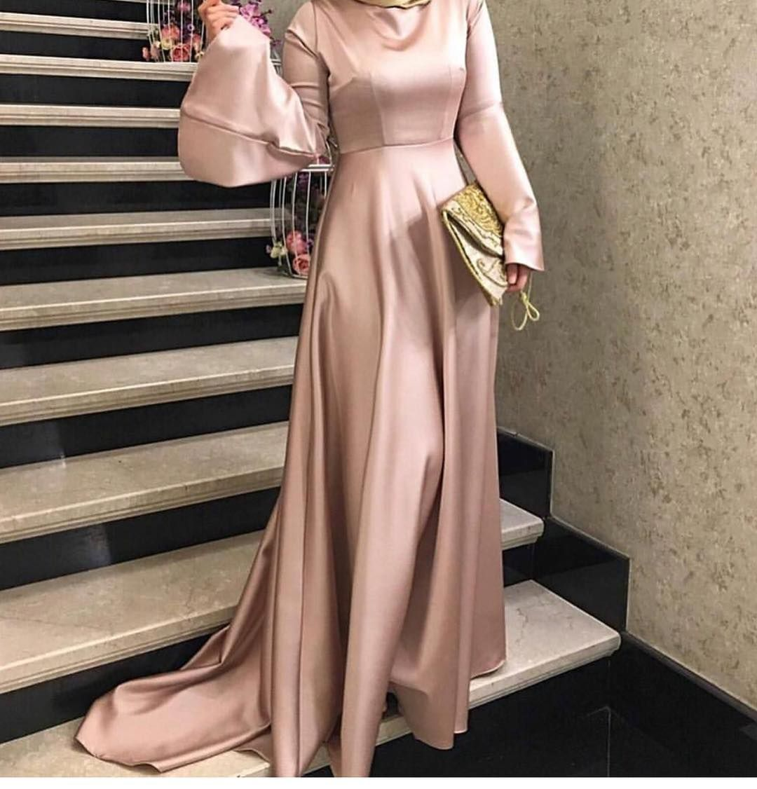 فستان ذات أكمام واسعة